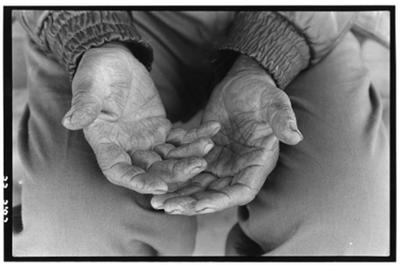The hands of Juan Jimenez, an immigrant farm worker. ©1999 David Bacon